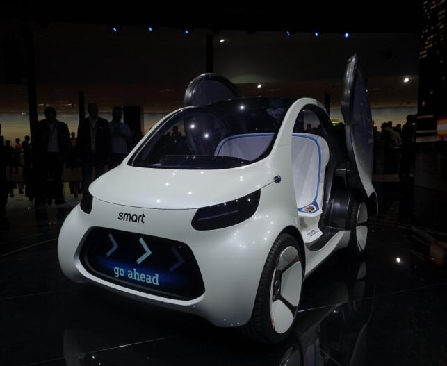 SMART FOR TO: Biler med blunkefjes og budskap over alt kan komme å hente deg om kort fremtid, skal vi tro Mercedes. Foto: Rune M. Nesheim