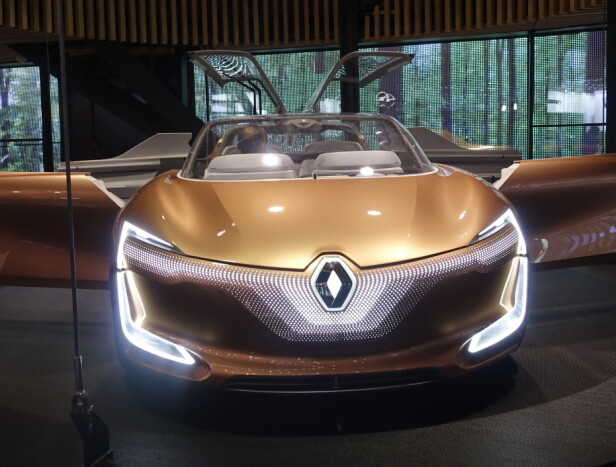 <strong>DRØM:</strong> Renault Symbioz Consept er et svært selvkjørende konsept med både vinger og bakhengslede dører. Vi har sett mange lignende kreasjoner fra 60-tallet og frem til nå. Mange fagre ord, men vi så få konkrete detaljer om hvordan elektrifisering skal skje i nær fremtid. Foto: Rune M. Nesheim
