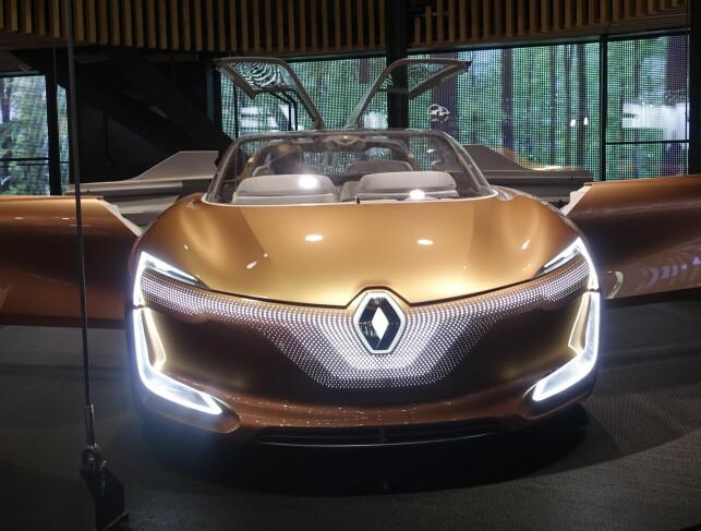 DRØM: Renault Symbioz Consept er et svært selvkjørende konsept med både vinger og bakhengslede dører. Vi har sett mange lignende kreasjoner fra 60-tallet og frem til nå. Mange fagre ord, men vi så få konkrete detaljer om hvordan elektrifisering skal skje i nær fremtid. Foto: Rune M. Nesheim