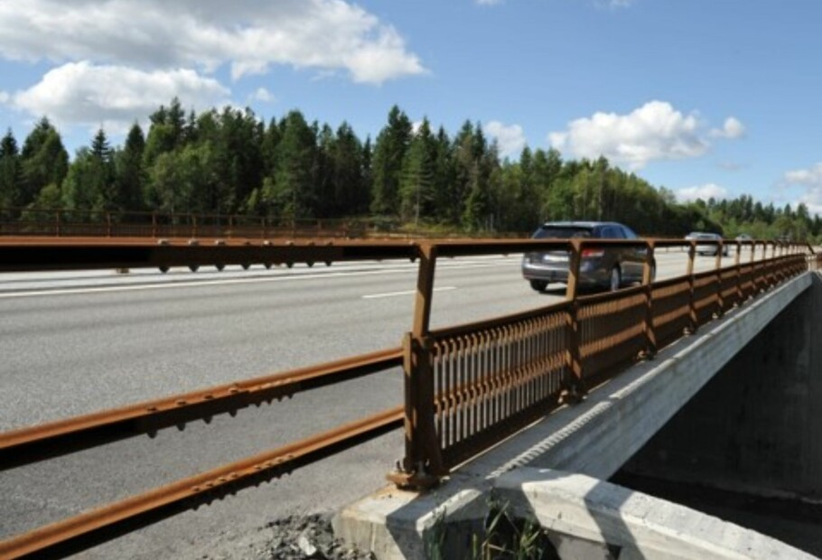 RUSTTREGE REKKVERK: Langs E6 mellom Akershus og Hedmark har Vegvesenet satt opp materialer i rustent stål, i et prøveprosjekt. Foto: Statens vegvesen