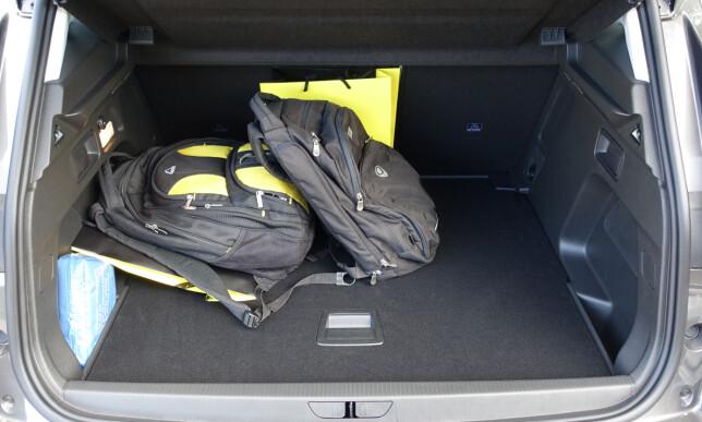 514 LITER: Med setene i bruk er det god bagasjeplass. Her ligger det doble gulvet i flukt med lasteterskelen og det er en god del plass under det også. Foto: Knut Moberg