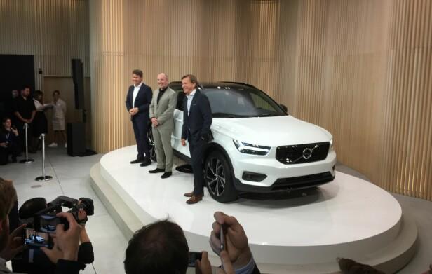 AVDUKET NY MODELL: Toppsjefen i Volvo, Håkan Samuelsson (foran), sammen med markeds- og designansvarlige. Foto: Knut Moberg