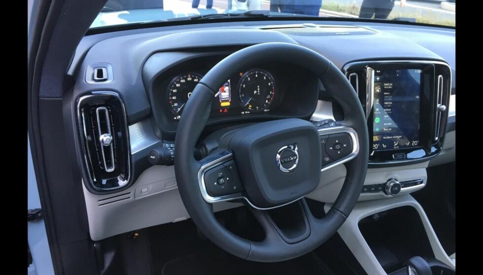 KJENT STIL: Volvo XC40 har de fleste stilelementer til felles med sine større søskenmodeller. Foto: Knut Moberg