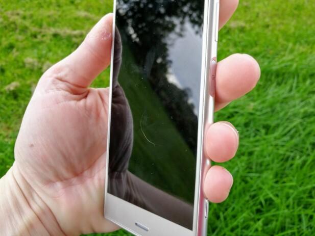 PÅ HØYRE SIDE: Sonys fingeravtrykksleser er myntet mest på høyrehendte, men lanfingeren glir fint rundt kanten om du bruker venstre hånd også. Foto: Pål Joakim Pollen
