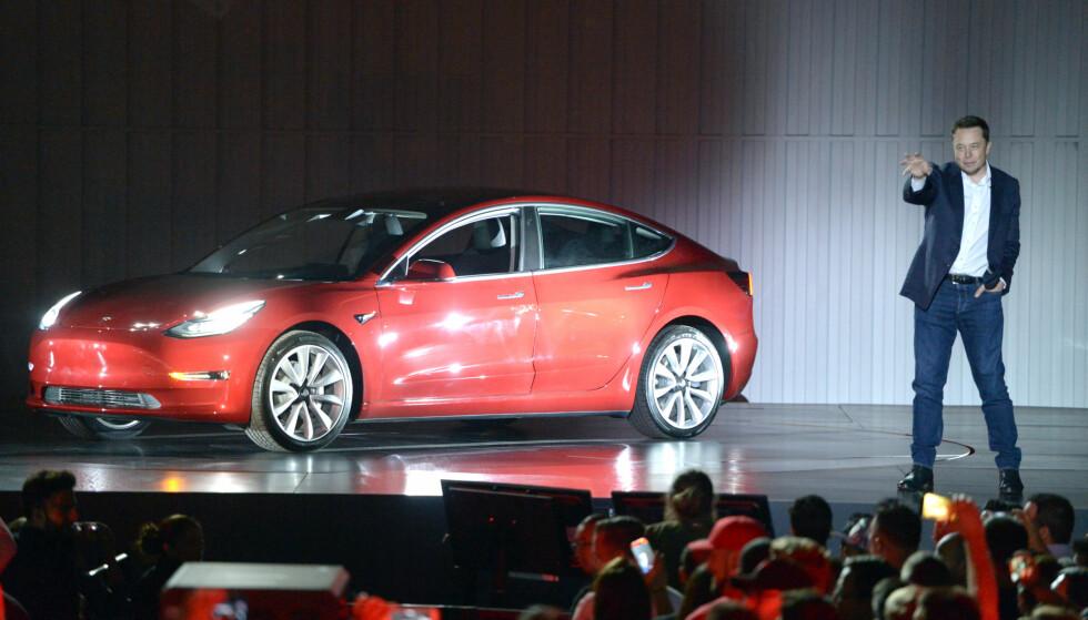 <strong>BLE VIST I 2016:</strong> Elon Musk avduket Model 3 med brask og bram i 2016. Produksjonen startet i juli året etter og voksesmertene har vært betydelige. Men nå produseres flere tusen i uken. Foto: Tesla
