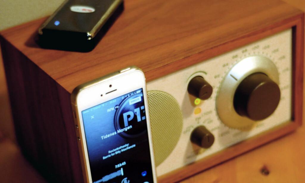 RADIO-APP: Mobilen er kanskje ikke like praktisk å bruke som en enknapps-radio. Men telefonen gir deg nettradio i alle typer radioer som tar i mot lydsignaler utenfra - enten trådløst via Bluetooth eller med ledning. Foto: Tore Neset
