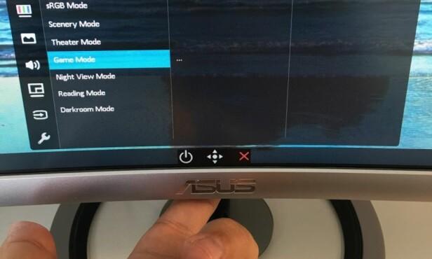 JOYSTICK: Du bruker en styrespak til å navigere i menyene. Et trykk på den angir OK. Ved siden av styrespaken finner du av/på-knapp og avbryt-knapp.