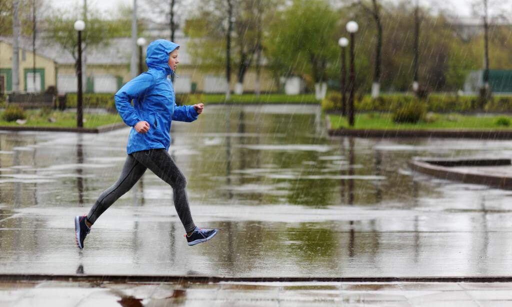 SKAL DU LØPE? Da er i alle fall ikke regntøy tingen, fordi det er helt tett og vil stenge svetten din inne. Foto: Shutterstock/NTB Scanpix