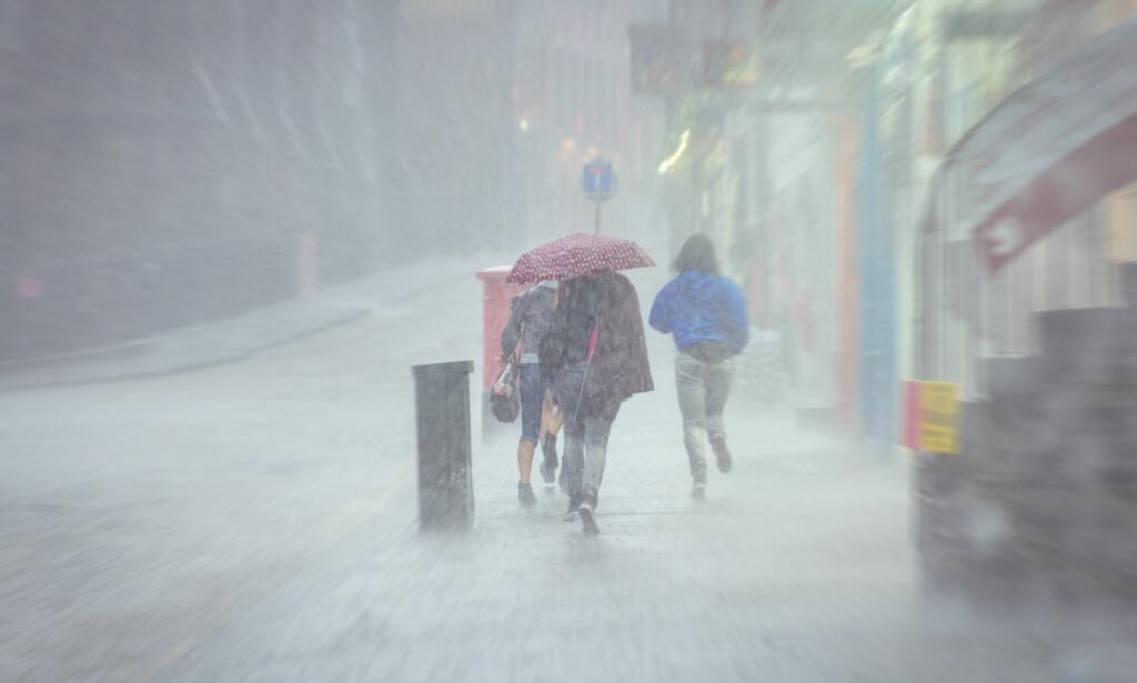 ALLVÆRSKLÆR ELLER REGNTØY? Om paraplyen er uaktuell: Er det egentlig noen forskjell på regntøy og goretex- og andre typer allværsjakker? Holder du deg like tørr uansett hvilken jakke du velger? Foto: Shutterstock/NTB Scanpix