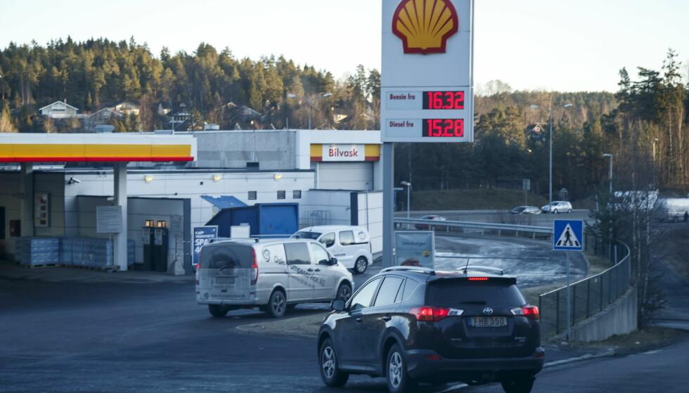 «VERDENS DYRESTE»: 2. januar i år var det rekorddyrt drivstoff på Shell-stasjonen på Mortensrud, utenfor Oslo. Til tross for at det var mer én krone billigere i august ble Oslo målt som verdens dyreste i tyske Kfzteile24s undersøkelse. Foto: Heiko Junge / NTB scanpix