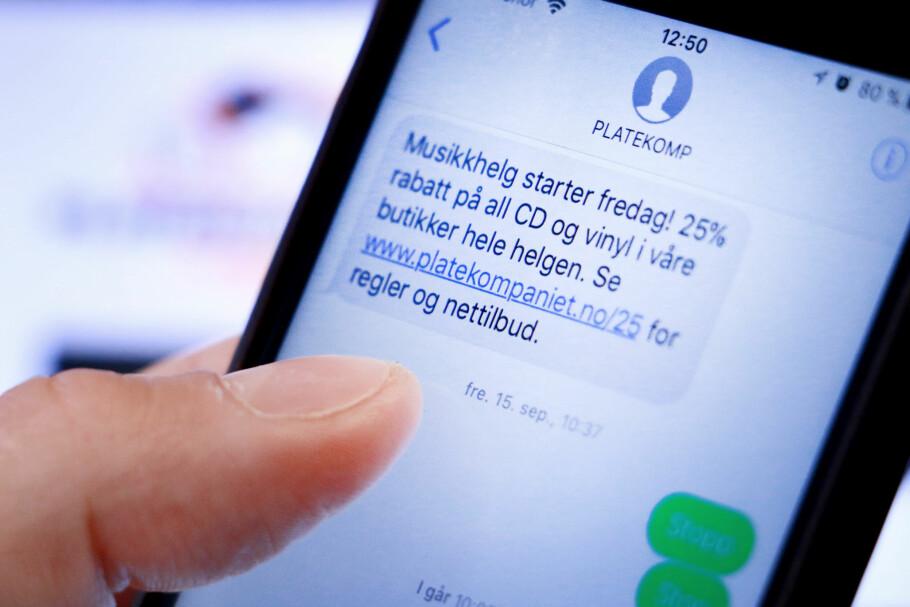 INGEN INFO: Slik ser SMS-ene som Platekompaniets Kompis-medlemmer får hver måned. Det gis ingen informasjon om hvordan man melder seg av meldingene - det gis først lenger ned på sida når du trykker på lenka. Våre «stopp»-forsøk var fånyttes. Foto: Ole Petter Baugerød Stokke