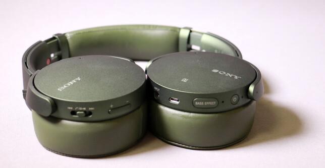 SKILLER SEG UT: Det er ikke ofte vi ser folk med militærgrønne hodetelefoner. XB950N1 fås også i sort. Foto: Pål Joakim Pollen