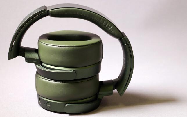 MINDRE BRÅK UTENFRA: Sony MDR-XB950N1 er en av mange hodetelefoner med aktiv støydemping. Det betyr at mikrofoner på utsiden av øreklokkene fanger opp lyden utenfra, og så genereres de «motsatte» lydbølgene på innsiden slik at støyen kanselleres. Foto: Pål Joakim Pollen