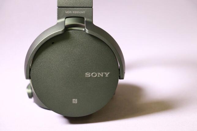 REN DESIGN: Fargen er noe utradisjonell, men selv om Sony-hodetelefonene bygger ganske mye ut fra hodet, er det ganske stramme linjer ellers. Foto: Pål Joakim Pollen