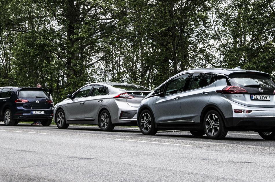HOLDER IKKE HVA DE LOVER: Heller ikke elbilene er i nærheten av å gå like langt som NEDC-tallene oppgir, ifølge testen til tyske Auto Bild. Fra venstre: VW e-Golf, Hyundai Ioniq Electric og Opel Ampera-e. Foto: Jamieson Pothecary