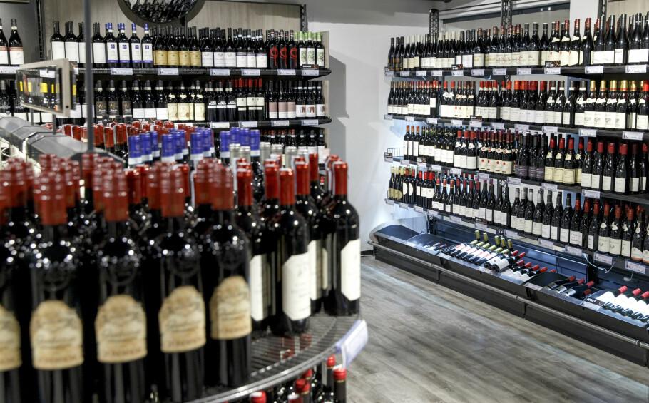 MYE Å VELGE I: Rødvin er storselgeren på Vinmonopolet. Men utvalget av øl øker, og spesielt på Vestlandet er interessen for ulike sider-typer stor. Foto: Gorm Kallestad/NTB scanpix