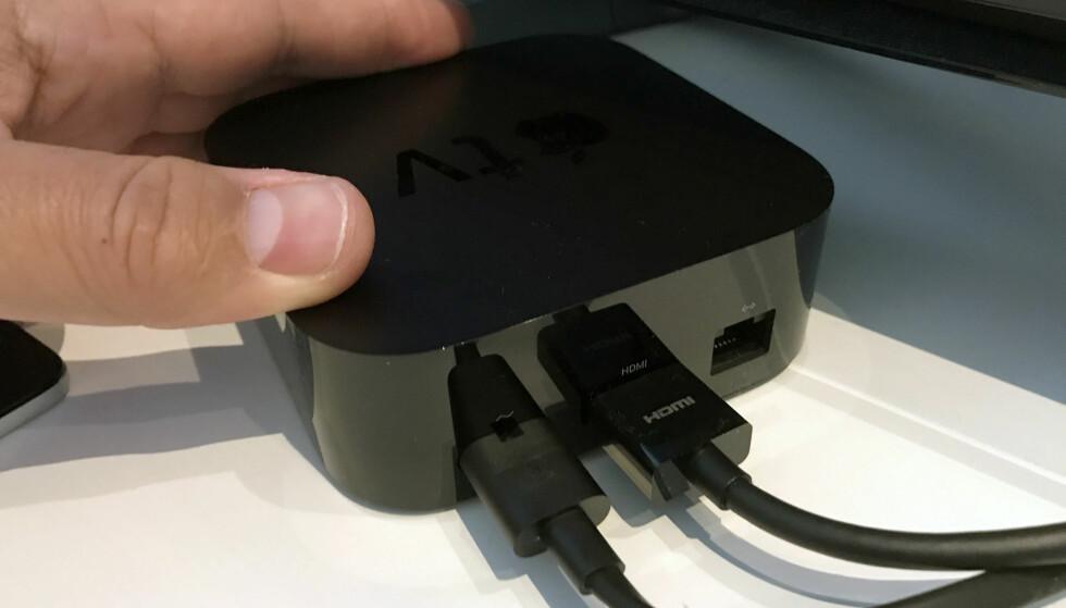 <strong>TILKOBLINGER:</strong> Strøm, HDMI og ethernet. Husk å bruke en HDMI-kabel som er sertifisert for 4K og HDR. Dette følger dessverre ikke med i esken. Foto: Bjørn Eirik Loftås