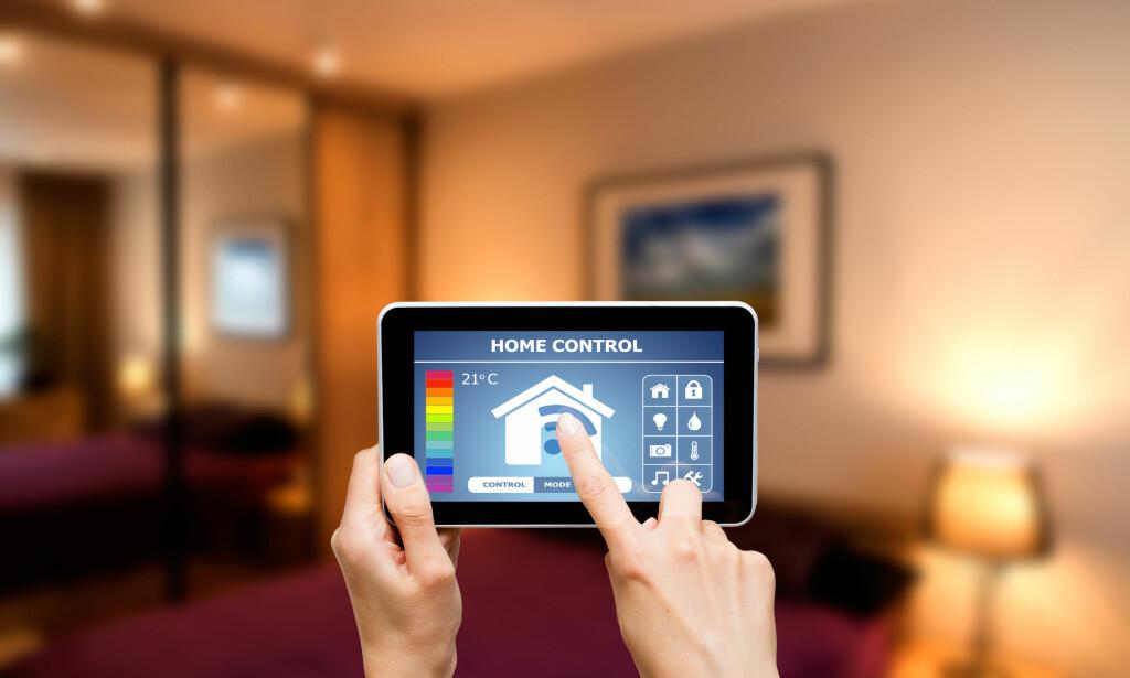 TAR KONTROLL: Du kan risikere at ikke bare du, men også kriminelle hackere tar kontroll over det smarte hjemmet ditt. Det gjør et stort flertall av britiske huseiere skeptiske. Foto: Redpixel.pl/Shutterstock/NTB scanpix