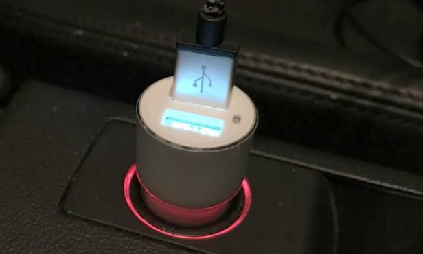 GRENSELØST: Her er mobilen vår tilkoblet den ene USB-porten. Vi kan dermed strømme så lenge vi vil, uten fare for at batteriet skal gå tomt. Fotos: Bjørn Eirik Loftås