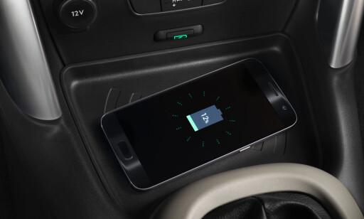 TRÅDLØST: Som estrautstyr tilbys trådløs lading av mobiltelefon. Foto: Citroën