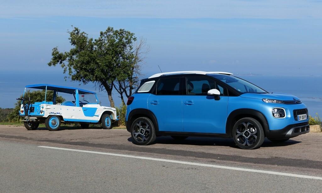 GENERASJONSSKIFTE: Citroën C3 Aircross er en god del mindre rustikk enn den fjerne forgjengeren Méhari (til venstre på bildet). Foto: Knut Moberg