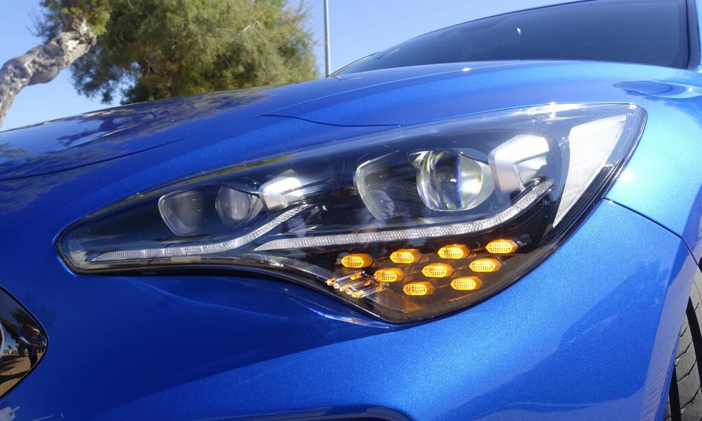 FULL LED: Du må opp på høyeste utstyrsnivå for å få full LED foran og bak, men det er fortsatt ikke snakk om utmasking av kjøretøyene foran. Den har selvfølgelig automatisk nedblending. Foto: Rune M. Nesheim