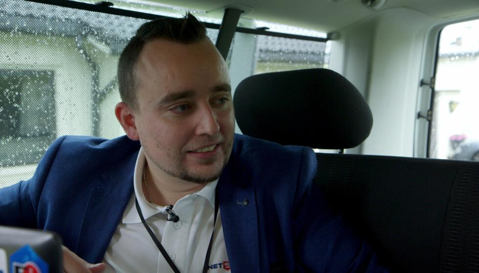 HACKER: Chris Dale måtte til slutt be om passord for å holde NRKs frist. Foto: NRK