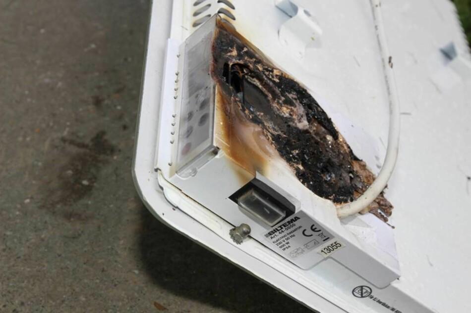 POPULÆR OVN TILBAKEKALT: Brannvesenet på Nedre Romerike ropte varsku om brannfarlige Biltema-ovner etter at en ovn i Rælingen tok fyr for et par uker siden. - Slutt å bruk den med én gang, var oppfordringen. Tilbakekallingen gikk ut i 2016 og omfatter alle Biltemas varmeovner med glasspanel solgt siden 2013. Men de vil ikke si hvor mange ovner av denne typen som er solgt på det norske markedet, men sier at det er snakk om en populær ovn. De oppfordrer alle til å dra ut kontakten og levere den inn. Foto: Nedre Romerike brann- og redningsvesen IKS