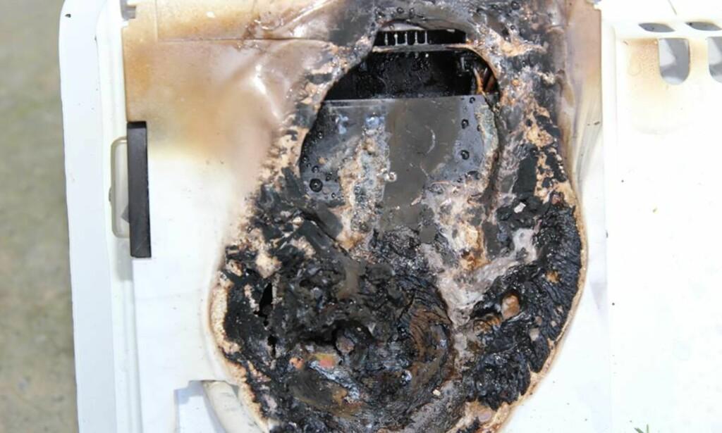 OVEROPPHETING FØRTE TIL BRANN: Dette viser brannen i varmeovnen som tok fyr i Rælingen for et par uker siden. Årsaken til at det tok fyr i veggen bak ovnen, var overoppheting av styringskomponentene i ovnen. Foto: Nedre Romerike brann- og redningsvesen IKS
