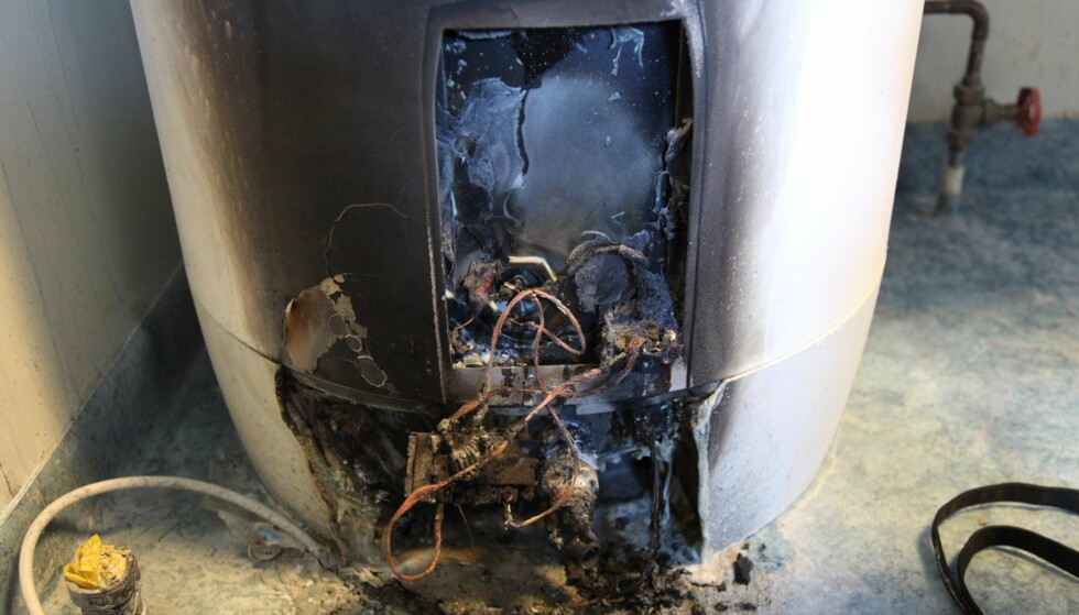 BRANNFELLE: Slik så én av varmtvannsberederne ut etter at brannen var slukket. I forrige uke var det to branner i Alta i Oso Hotwater-tanker med farlig tilkoblingskomponent. Foto: Politiet.
