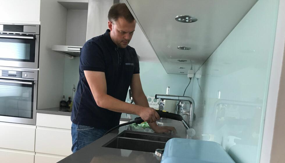 KOMMER TIL I KRIKER OG KROKER: Dampvaskeren har utstyr som gjør at du lett får rengjort alle steder hvor også bakteriene kommer til.
