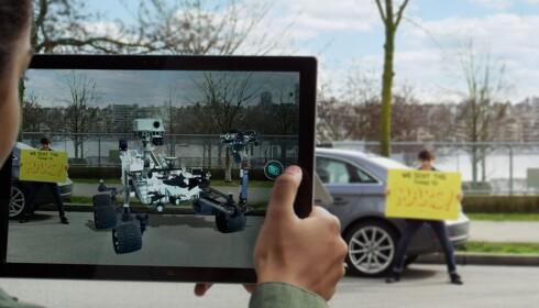 BLANDA VIRKELIGHET: Kunstig innhold i virkelige omgivelser gir nye muligheter, blant annet til spilling, men også til opplæring og utforsking av objekter. Foto: Microsoft