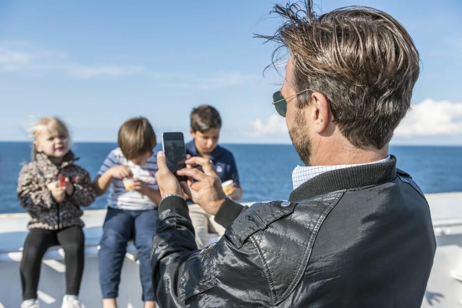 KOSTBART: Å ta bilder og laste dem opp på nettet ombord en ferje, er en dårlig ide. Bruker du mobilnettet båten gir deg, tar operatøren din blodpriser for databruken. Roaming på havet er dyrt. Foto: Stena Line