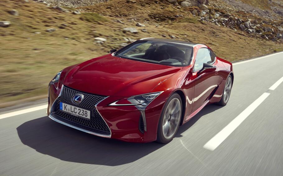 VAKKER SKAPNING: Linjene til Lexus LC500 kommer desidert best frem i den røde utgaven - en rødfarge som legges på i veldig mange lag, som til slutt gir en dybde som passer bilen perfekt. Foto: Lexus
