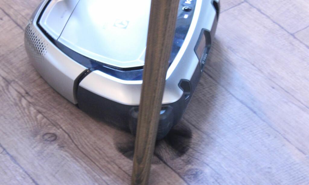 DUMPER BORTI: Den greier å manøvrere seg mellom mye, men dumper ofte borti for eksempel stolbein som dette. Foto: Kristin Sørdal