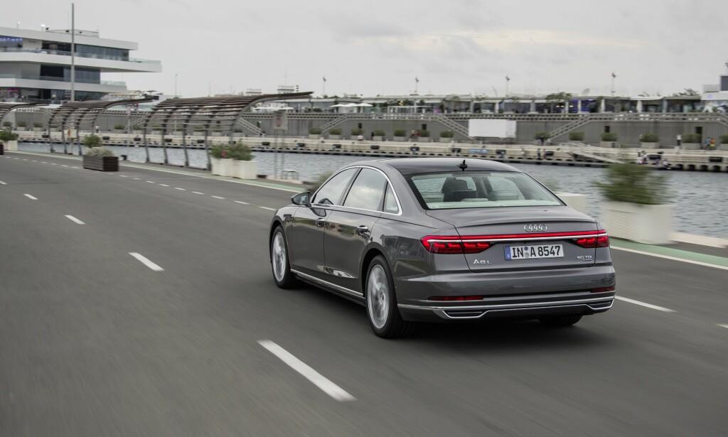 NY SIGNATUR: Baklyktene får en rød LED-strippe over hele bilens bredde. Dette vil vi få se på øvrige modeller fra merket også. Foto: Audi