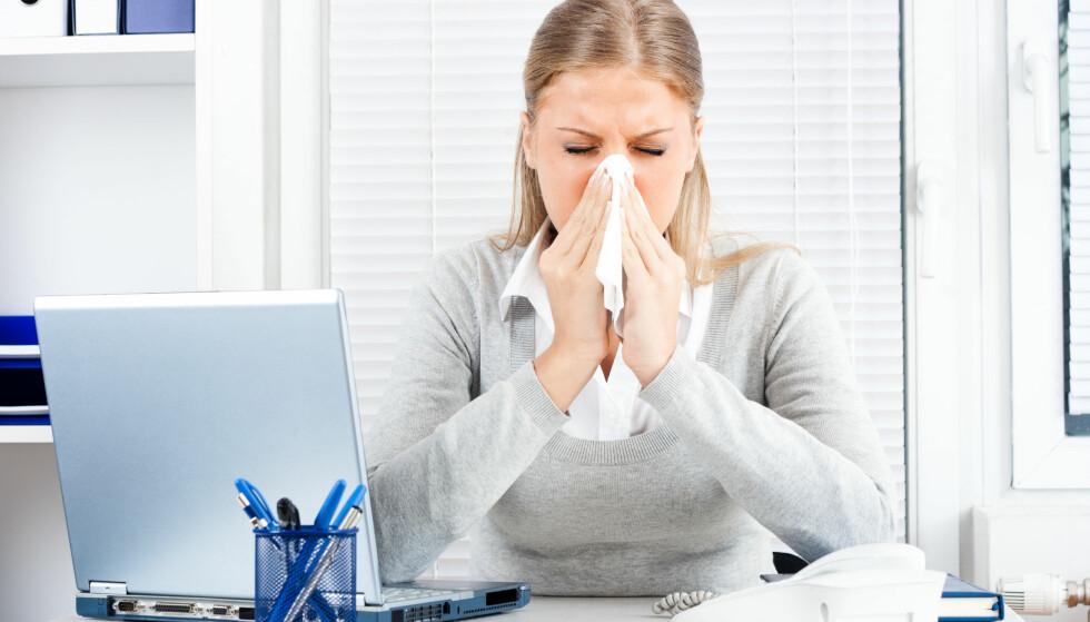 HJEMME FRA JOBB? Hvor du jobber, og hvilke symptomer du har, avgjør hvor mange dager du bør holde deg hjemme. Foto: Shutterstock/NTB Scanpix