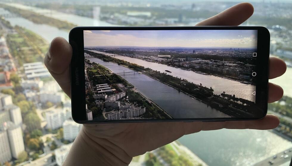 NY TOPPMODELL: Huawei fikk mye skryt for Mate 9 Pro, og nå står de klare med oppfølgeren, Mate 10 Pro. Foto: Pål Joakim Pollen