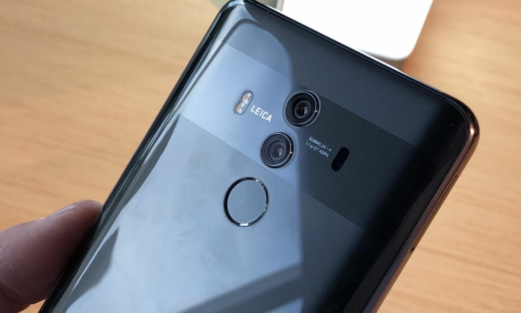 DOBBELT OPP: Huawei fortsetter med to kameraer på baksiden, og den har nå blitt av glass i stedet for metall. Fingeravtrykksleseren har igjen blitt flyttet bak, etter at den lå foran på forgjengeren, Mate 9 Pro. Foto: Pål Joakim Pollen