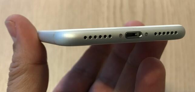 LIGHTNING: Der konkurrentene har gått over til bransjestandarden USB-C, kjører Apple på med sin egen Lightning-port. Foto: Bjørn Eirik Loftås