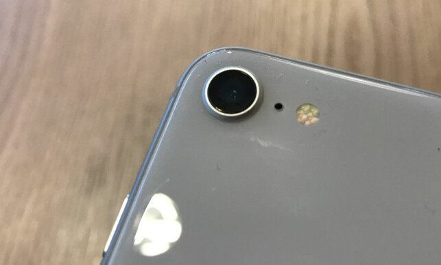 ETT KAMERA: Der mange nye toppmodeller leveres med to hovedkameraer som jobber sammen, har iPhone 8 fortsatt kun ett. Foto: Bjørn Eirik Loftås