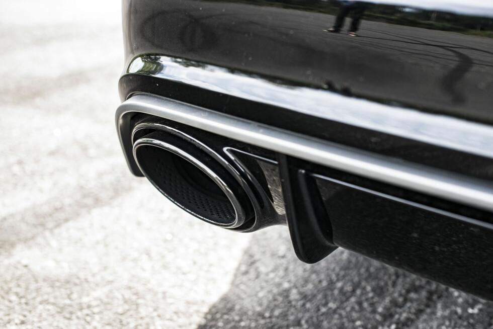 SMART: Stilig karbondiffuser med deksel som skjuler hengefester. To monster-eksospotter sørger for en fantastisk heftig motorlyd. Foto: Jamieson Pothecary