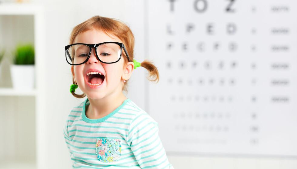 BARN OG BRILLER, 18, 12 ELLER 13? Barn med bestemte synsdiagnoser, kan få briller til de er 18 år. Men trenger de å gå til ortoptist, for å få avdekket og hjelm for visse synsdiagnoser, må de betale egenandel som voksne fra de er 12 år. Og mister de eller ødelegger brillene, får de kun stønad til reparasjon eller nye dersom de er under 13. Foto: Shutterstock/NTB Scanpix