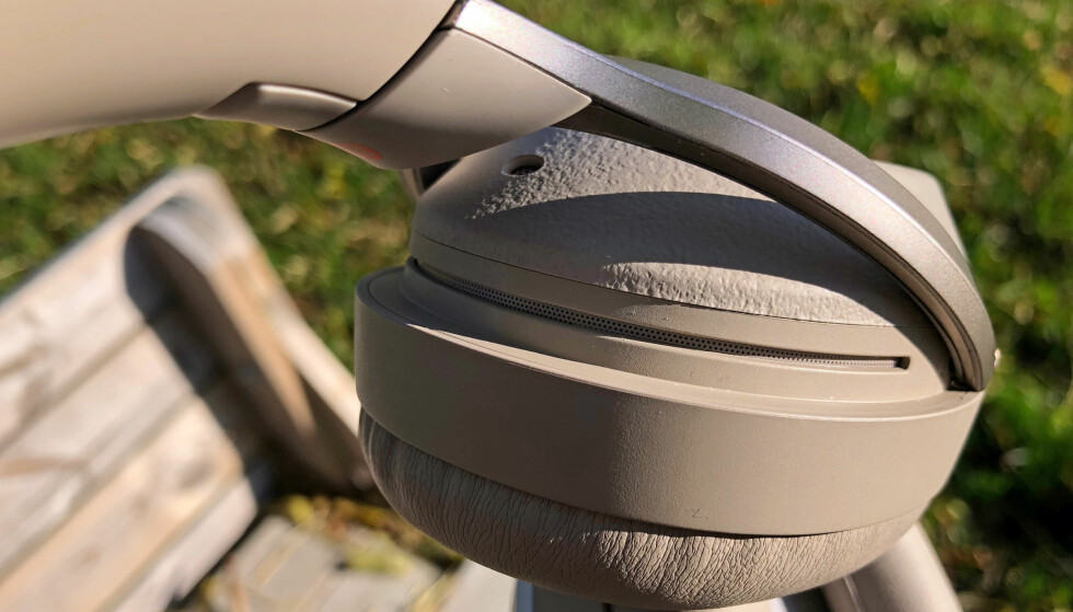 STØYDEMPING: Aktiv støydemping fungerer ved at mikrofoner på utsiden av hodetelefonen fanger opp bakgrunnsstøy slik at det utlignes på innsiden. WH-1000XM2 har i tillegg en trykksensor som gjør at de kan kompensere for lavere trykk; for eksempel i en flykabin. Foto: Pål Joakim Pollen