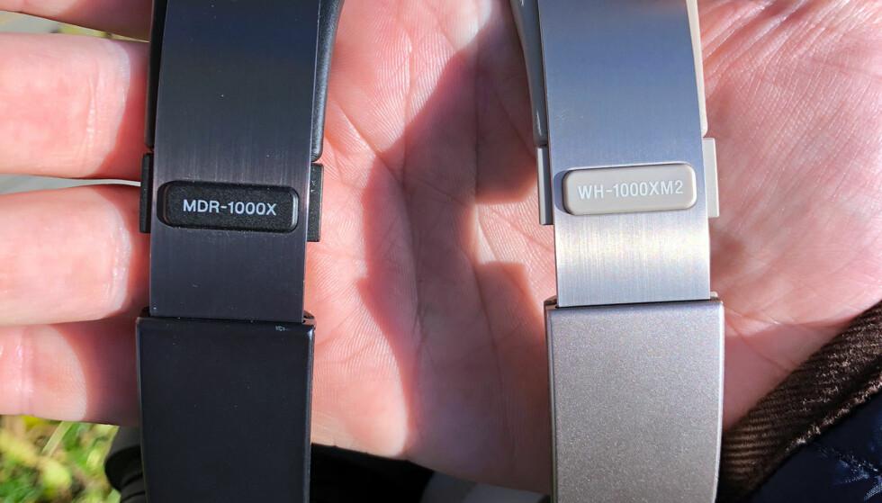 TO DRÅPER VANN: Foruten den ulike fargen, er MDR-1000X og WH-1000XM2 svært like. De veier nøyaktig det samme og ser svært like ut, med unntak av en ekstra knapp på forgjengeren og en litt ruere overflate på utsiden av klokkene på WH-1000XM2. Foto: Pål Joakim Pollen