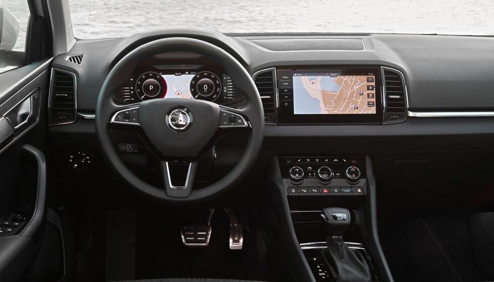 RYDDIG OG MODERNE: Førerplassen vitner om at bilen er lesset med nymoderne teknologi. Foto: Skoda