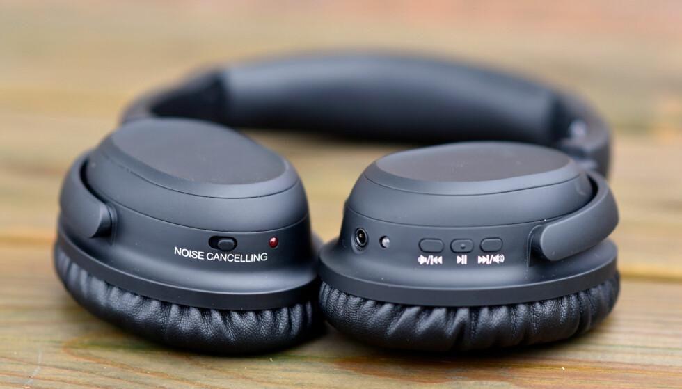 ENKEL BETJENING: De tre knappene på venstre øreklokke (til høyre i bildet) har alle dobbelt funksjon, og støyreduksjonen skrus av og på med bryteren på motsatt øre. Foto: Pål Joakim Pollen