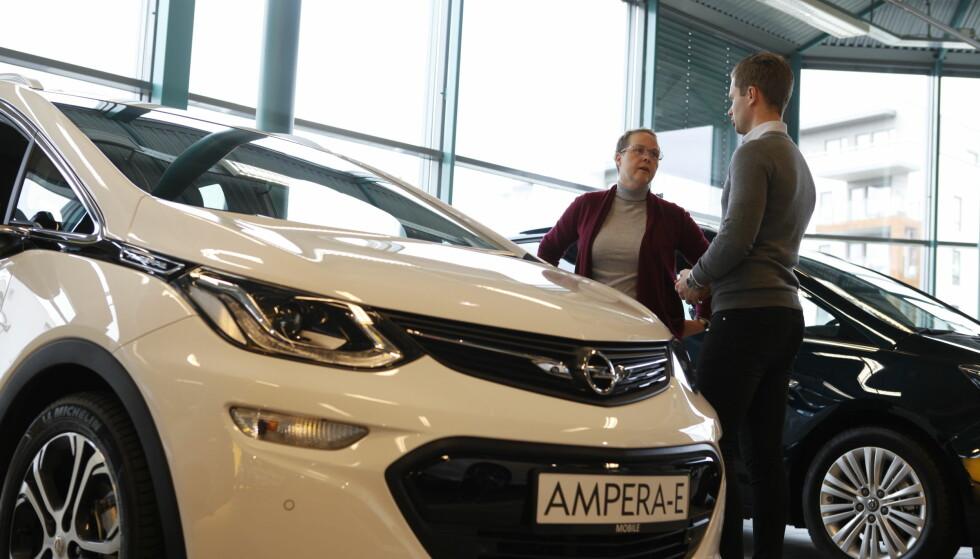 ØKER PRISEN: Det har stormet rundt Opel den siste tiden. Det tyske merket sliter med å levere elbilen Ampera-e til de norske kundene. Nå legger de også til 45.000 kroner på regningen. Foto: Øystein Fossum