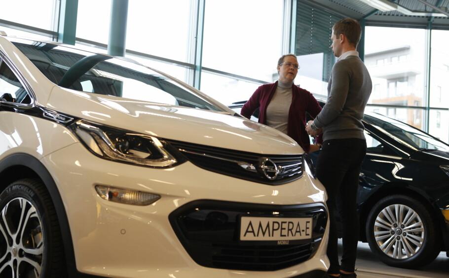 <strong>STOPPET SALG AV OPEL AMPERA-E:</strong> Caroline Westrup og Opel-ansvarlig Jon Inge Havreberg hos Mobile Oslo synes begge det er vanskelig å forholde seg til leveringen av elbilen Opel Ampera-e. Foto: Øystein Fossum
