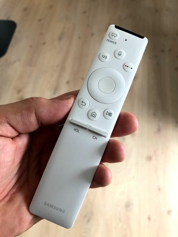 STRÅLENDE FJERNKONTROLL: Samsung beviser at du ikke trenger ørten knapper på fjernkontrollen for å kunne betjene TV-en. Og vi elsker det. Foto: Bjørn Eirik Loftås